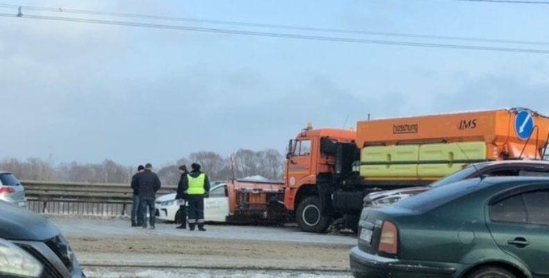 В Казани снегоуборочная техника смяла автомобиль такси