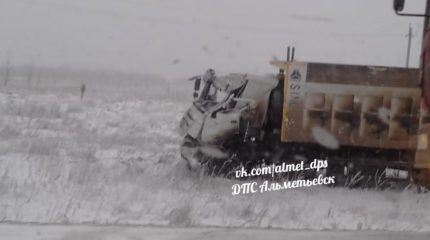 В Татарстане на трассе столкнулись самосвал HOWO и ГАЗ, пострадали три человека