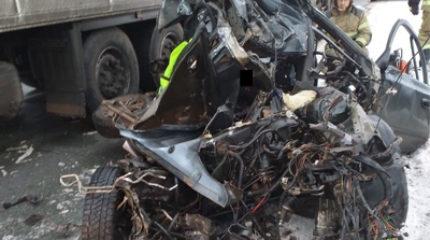 В Татарстане на трассе автоледи пошла на обгон и попала под фуры. Погибла женщина с дочкой
