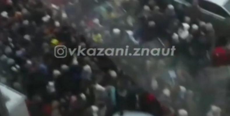 Соцсети: люди устроили давку возле ТЦ в Казани на распродаже