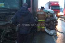 В Татарстане на трассе таксист на «встречке» врезался в фуру. Погибли два человека
