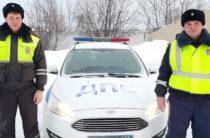Инспекторы ГИБДД в Татарстане помогли застрявшей на трассе семье с детьми