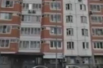 В Подмосковье жители многоэтажки из окон хором спели песню «Любэ»