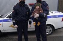 В Казани сотрудники ГИБДД спасли младенца