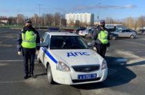 В Казани инспекторы ДПС помогли добраться до больницы беременной женщине