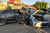 В Казахстане пьяный водитель БМВ протаранил блокпост. Погибли двое полицейских