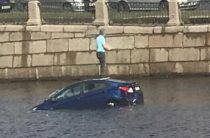 ВИДЕО: В Санкт-Петербурге иномарка пробила ограждение и вылетела в Фонтанку