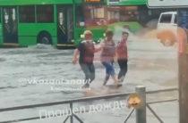 Вновь улицы Казани оказались затопленными после дождя
