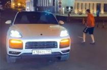 Футболист Тарасов и рэпер T-Killah попинали мяч у здания Госсовета РТ (Видео)