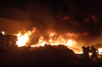 В Казани на нефтебазе сильный пожар, на месте работают более 30 единиц техники