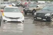 В Москве после ливня затопило улицы. Подборка фото и видео