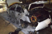 Не выполнил обещание: В Ташкенте 19-летняя девушка сожгла парню автомобиль за то, что он не женился на ней