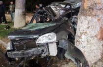 В Ташкенте «Лачетти» влетел в дерево, погиб 21-летний водитель