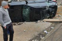 ФОТО: В Ташкенте молодой водитель на BMW X5 снес столб и перевернулся