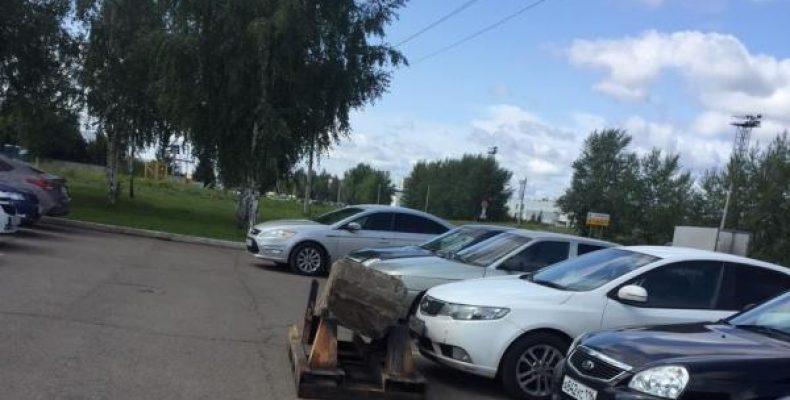 Неадекваты бетонным блоком наказали водителя занявшего «чужое» место