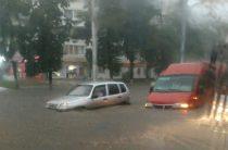 Сильный ливень обрушившийся на Уфу затопил дороги