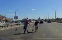 Милота дня: На «Миллениуме» двое мужчин помогают утенку дорогу