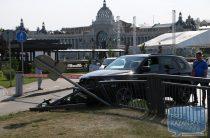 В Казани у кремля внедорожник протаранил забор набережной