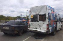 В Челябинске микроавтобус с детской футбольной командой попал в ДТП