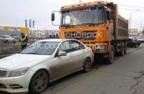 В Красноярске грузовик Shacman врезался в Mercedes (Фото)