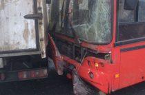 В Казани пассажирский автобус врезался в грузовую «Газель»