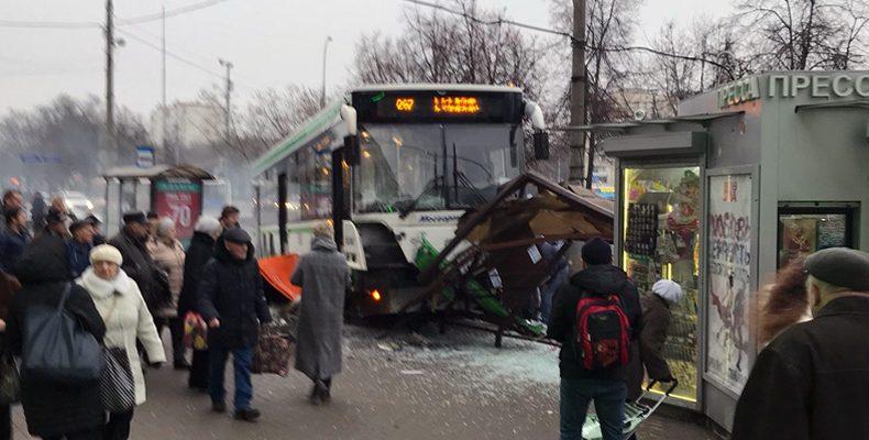 В Москве на улице Сходненская автобус врезался в остановку