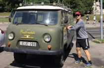 Том Хэнкс выложил фотографию около УАЗа «буханка»