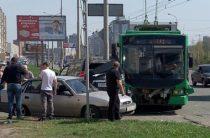 На улице Вахитова в Казани столкнулись Toyota Land Cruiser и троллейбус