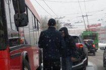 Около «Максидома» столкнулись автобус и иномарка