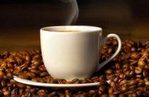 Чашечка натурального кофе на борту самолета по пути в Казань