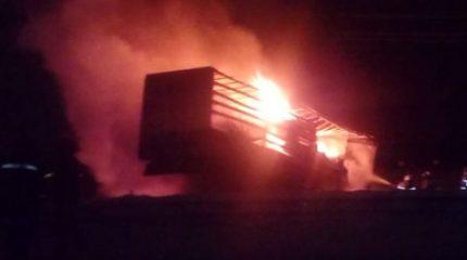 В Татарстане после столкновения загорелись две фуры, погиб один из водителей