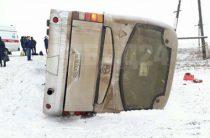 В Красноярском крае автобус опрокинулся в кювет, пострадали 10 человек