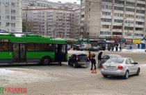 На улице Фучика в Казани троллейбус врезался «Ладу Калину»