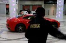 ВИДЕО: В Москве экс-мэр Архангельска прокатился на Ferrari по торговому центру