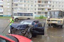 В Уфе автоледи на «Тойоте» врезалась в автобус