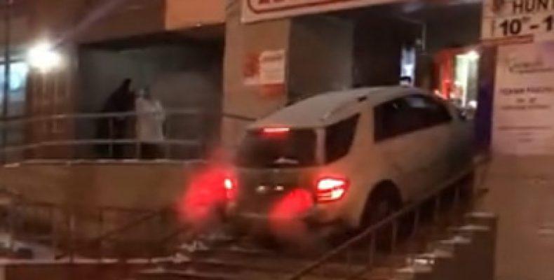 В Челябинске неадекватный водитель прямо на «Мерседесе» пытался заехать в бар