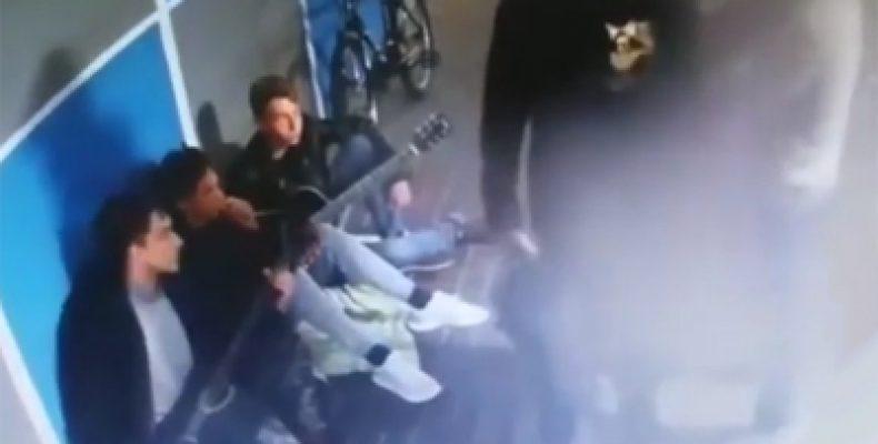 В Челнах задержали мужчин, с пистолетом ограбивших подростков в подземном переходе