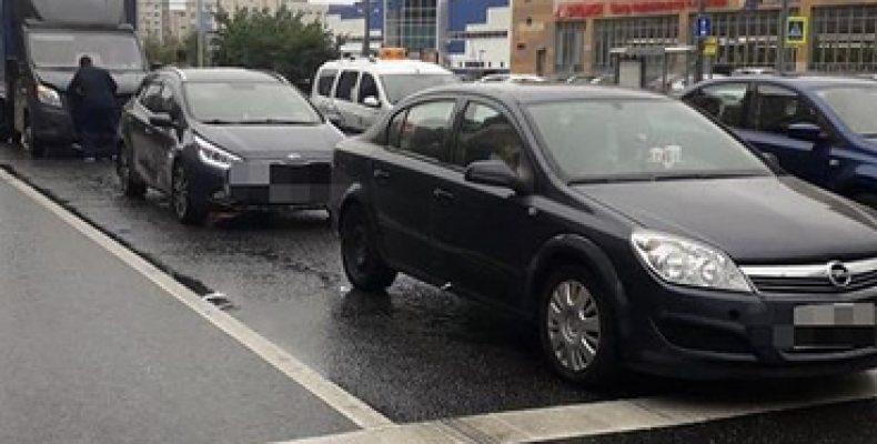 В Казани «Газель» врезалась в две иномарки, пострадала женщина