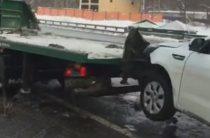 В Москве водитель съехал с эвакуатора, разбил автомобиль и скрылся