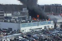В Санкт-Петербурге горит здание автоцентра