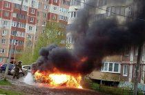 В одном из дворов в Казани сгорела припаркованная «Лада Калина»