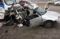 В Омске при столкновении «Приоры» с автобусом погибли три человека и трое пострадали