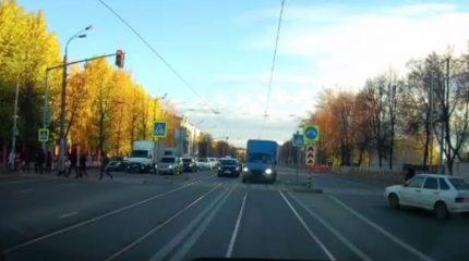 «Газель» на большой скорости через «зебру» на «красный»…ГИБДД нашли водителя