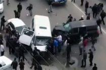 В Махачкале бронированный внедорожник сбил человека и протаранил маршрутку, водитель сбежал