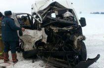 Два человека погибли при столкновении пассажирского автобуса и фуры в Башкирии