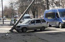 В Уфе на бульваре Славы «Лада» врезалась в столб (Фото)