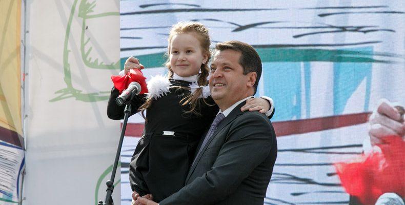 Метшин поздравил выпускников с окончанием школы