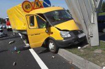 В Казани «Газель» дорожных служб, после ДТП, врезалась в букву «М» на въезде в город