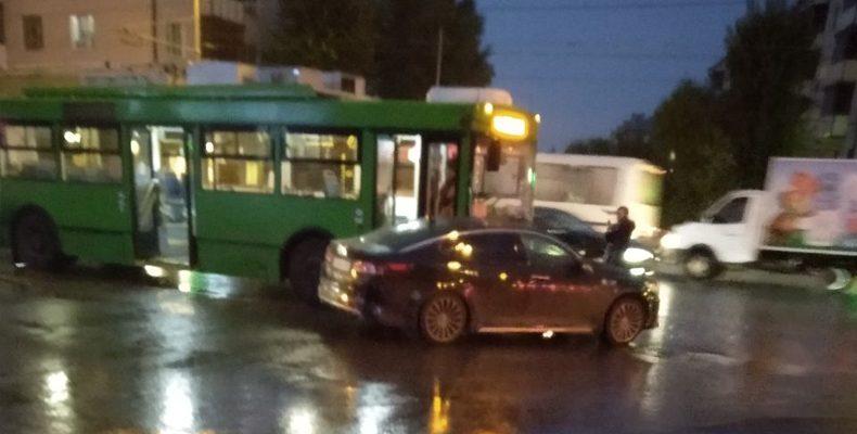 В Казани на Павлюхина троллейбус врезался в иномарку, есть пострадавшие