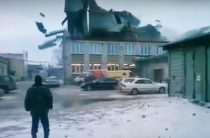 В Новосибирске ветром сорвало крышу (Видео)